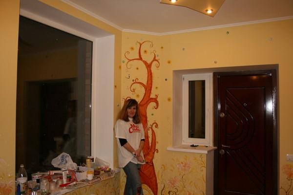 Настенный рисунок в угле комнаты