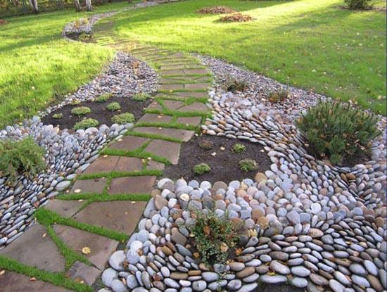 Если есть желание сделать участок оригинальным, можно расставить интересные декоративные элементы в саду...