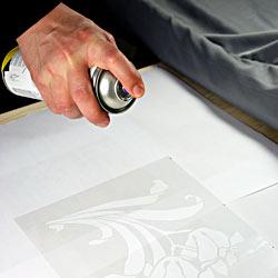 Матування скла пастою – покриття трафарету клеєм із аерозольного балона