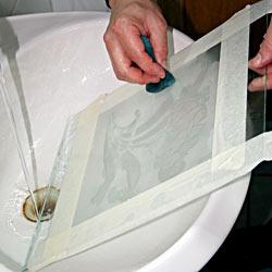 Матування скла пастою – змивання всього, що залишилося на склі, водою