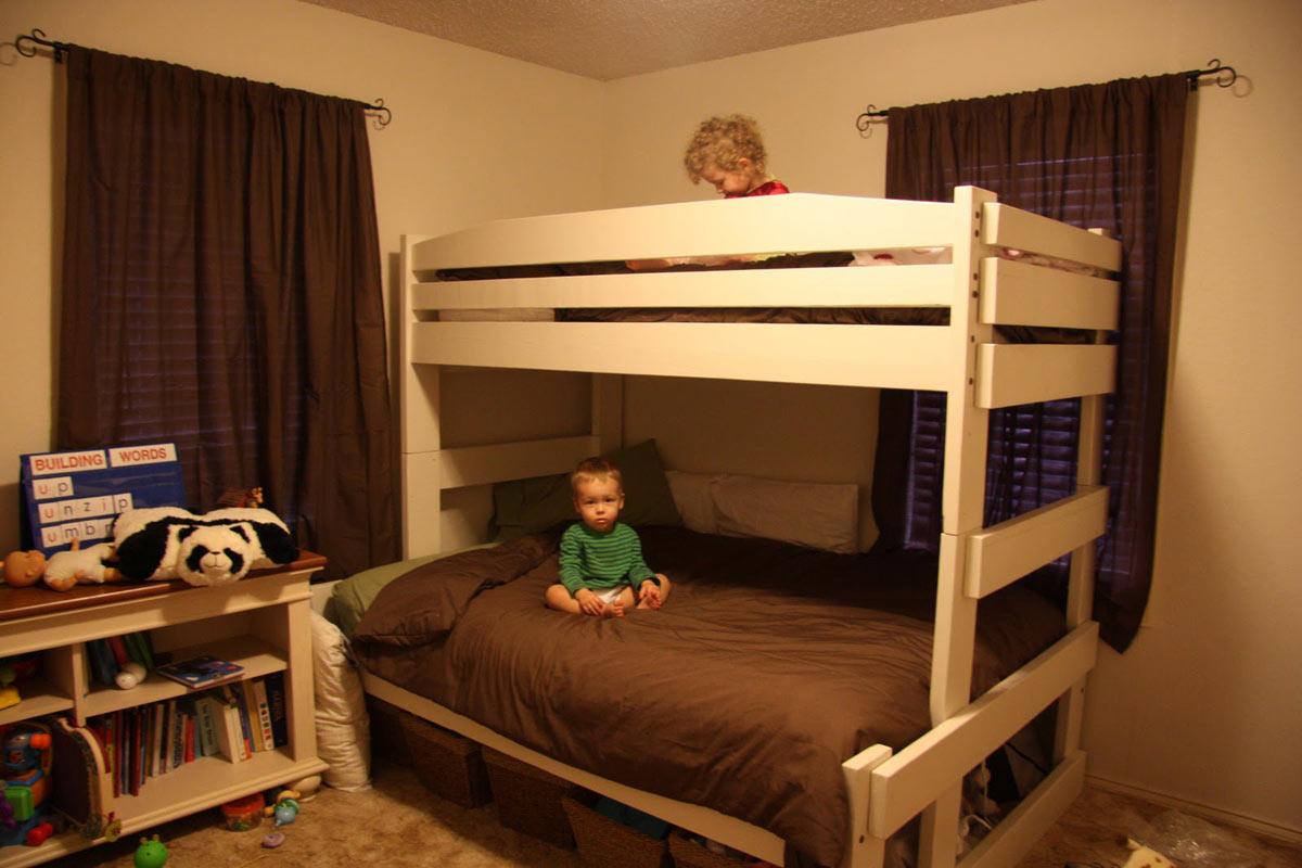 Такая комната будет неинтересна столь маленьким детям — в ней слишком мало цвета и необходимых детям вещей
