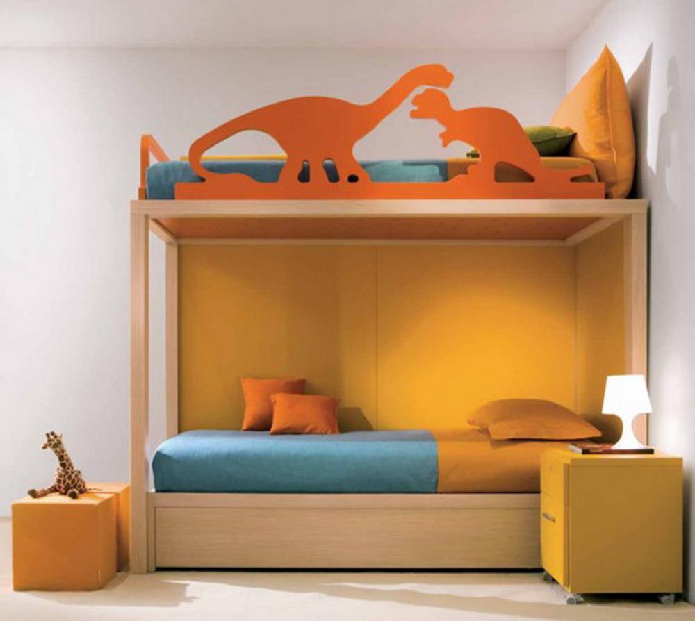 Двухъярусная кровать для маленьких мальчиков — хорошее решение для небольшой комнаты