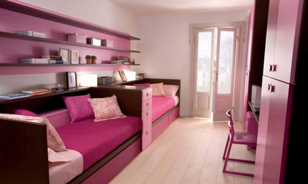 Кровати по-прежнему размещены под стенкой, но пространство используется максимально эффективно