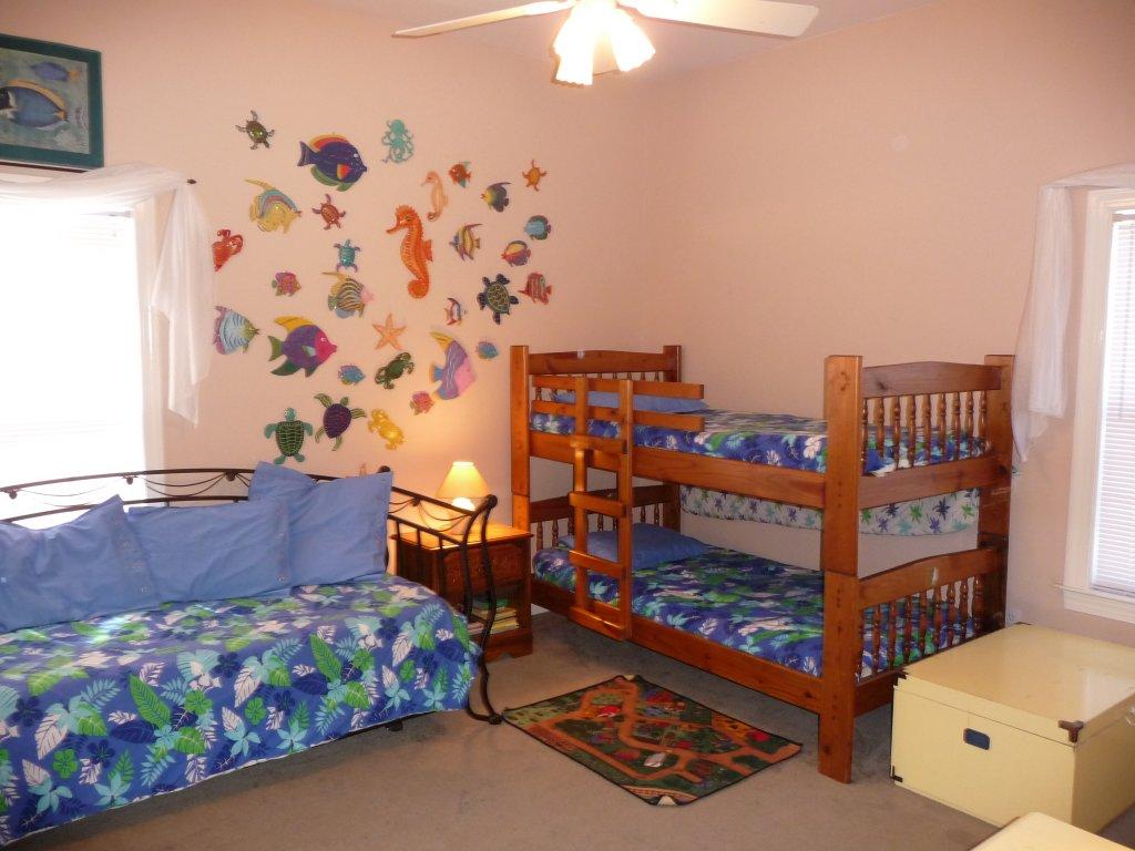 Дизайн детской комнаты для двоих мальчиков на спортивную тематику