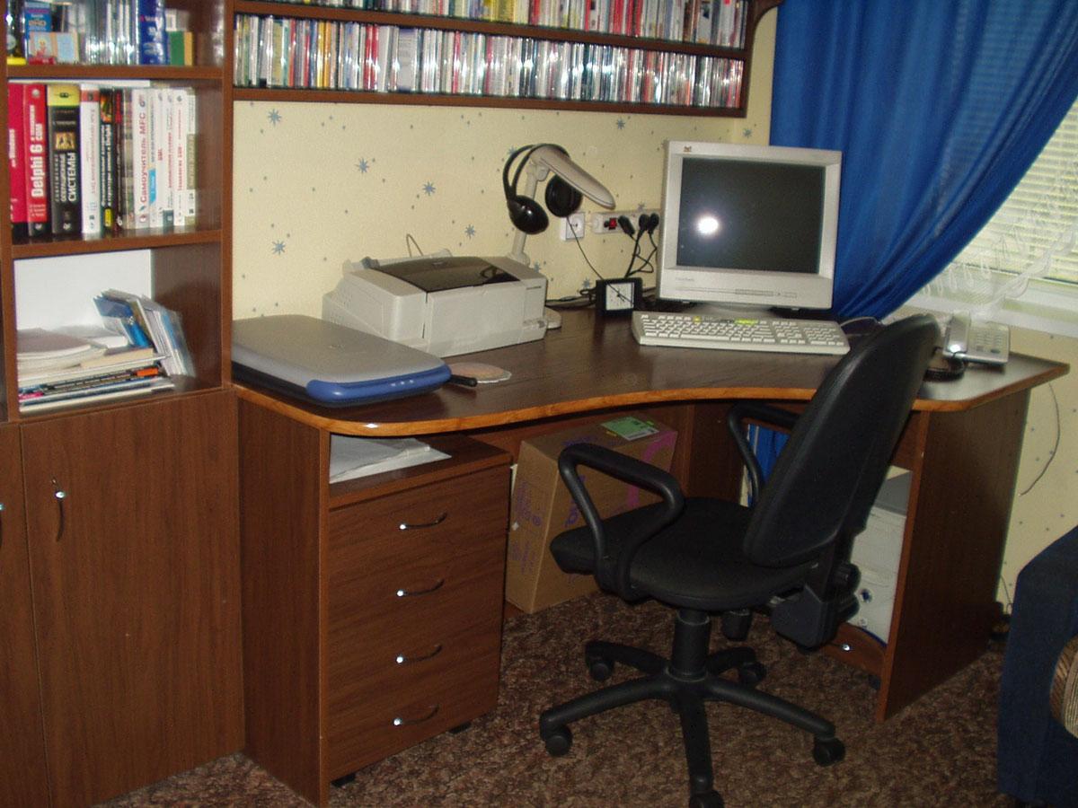 Для детей от 12 лет и старше в детской комнате может быть необходимым обустроить место для работы с компьютером