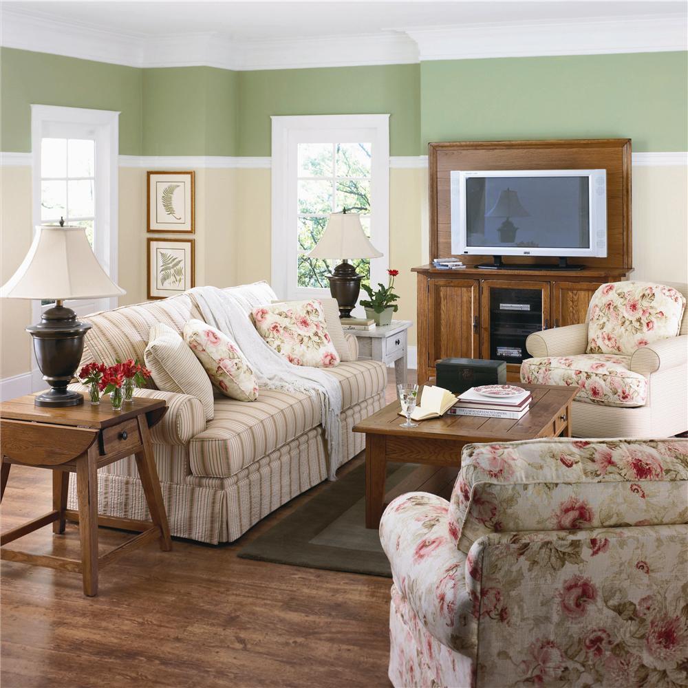 Фактура и рисунок на ткани в интерьере зала должен гармонировать с цветовым решением гостиной и общим стилем