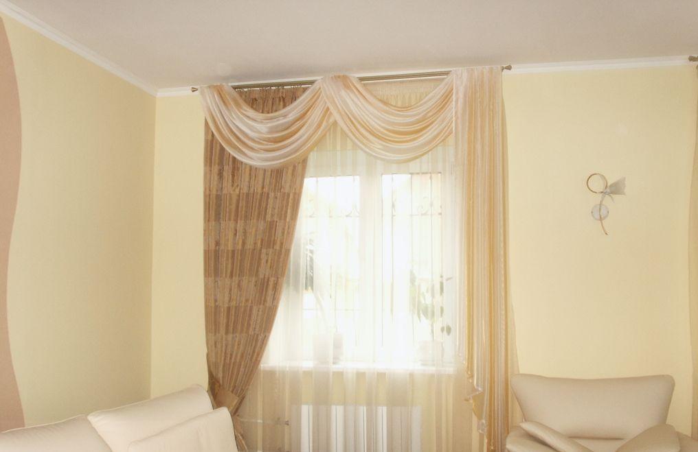 Портьеры в сочетании с тюлю придают гостиной уют и эстетический вид