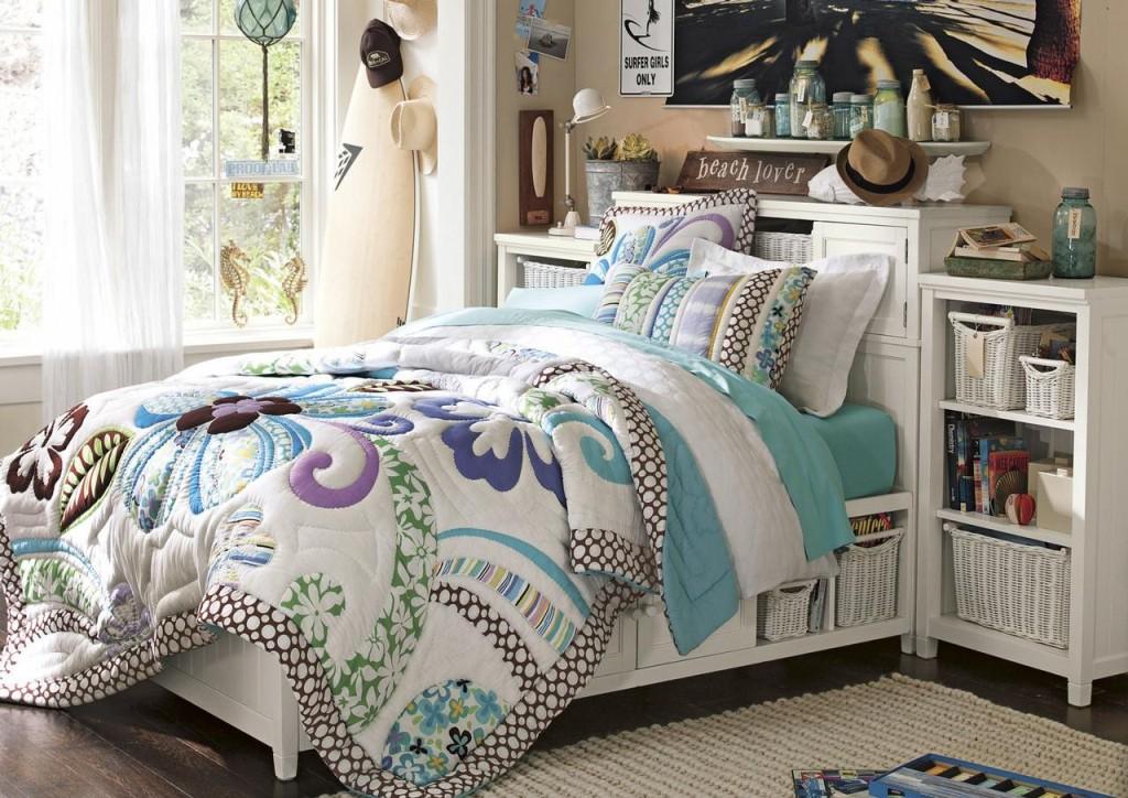 Главным декоративным элементом в данной маленькой комнате есть покрывало и постельное белье