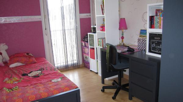 Детская комната для девочки-подростка – яркий пример тому, что один и тот же цвет (в данном случае черный) может восприниматься по-разному