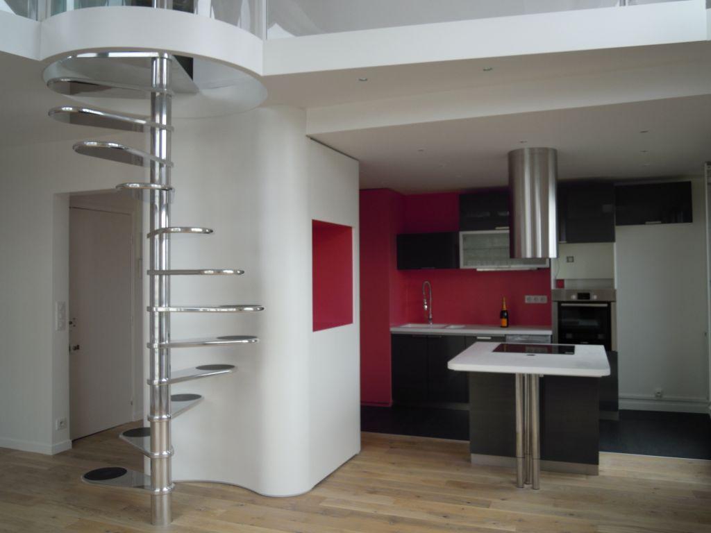 Кухня в двухуровневой квартире традиционно размещается на первом этаже