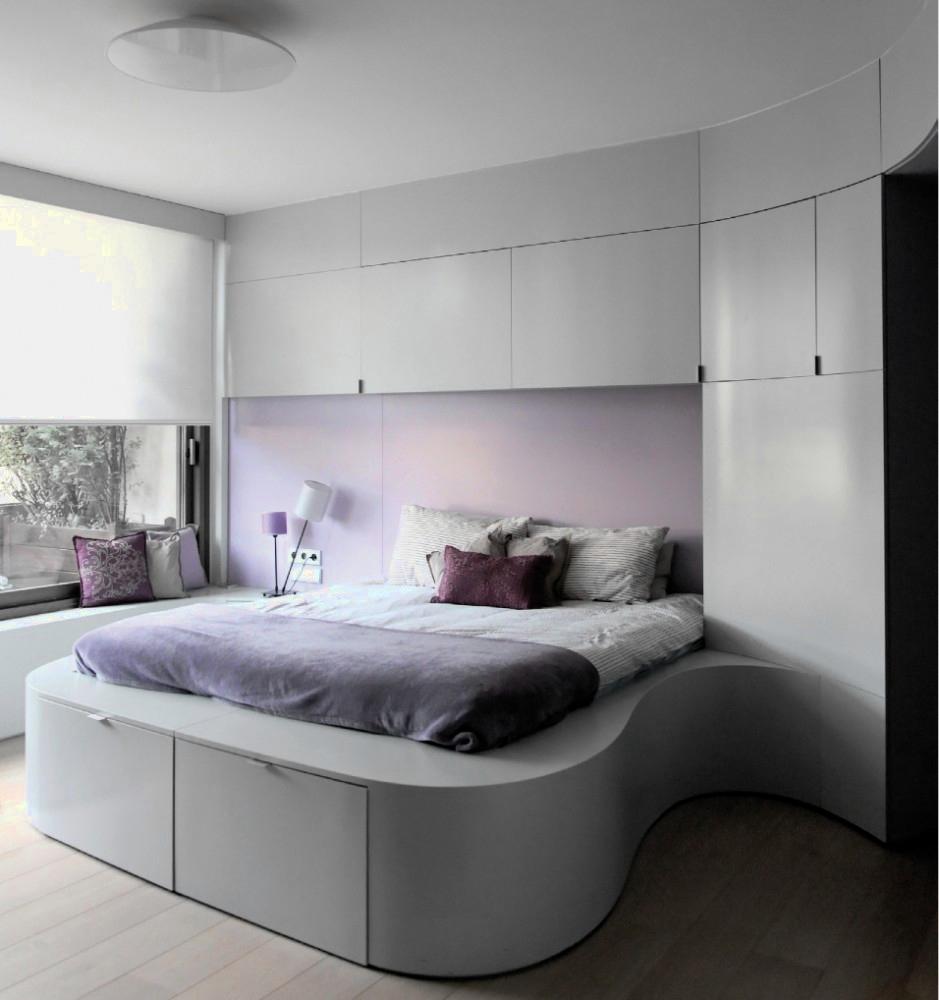 Пример оформления дизайна спальни в двухуровневой квартире — стиль минимализм