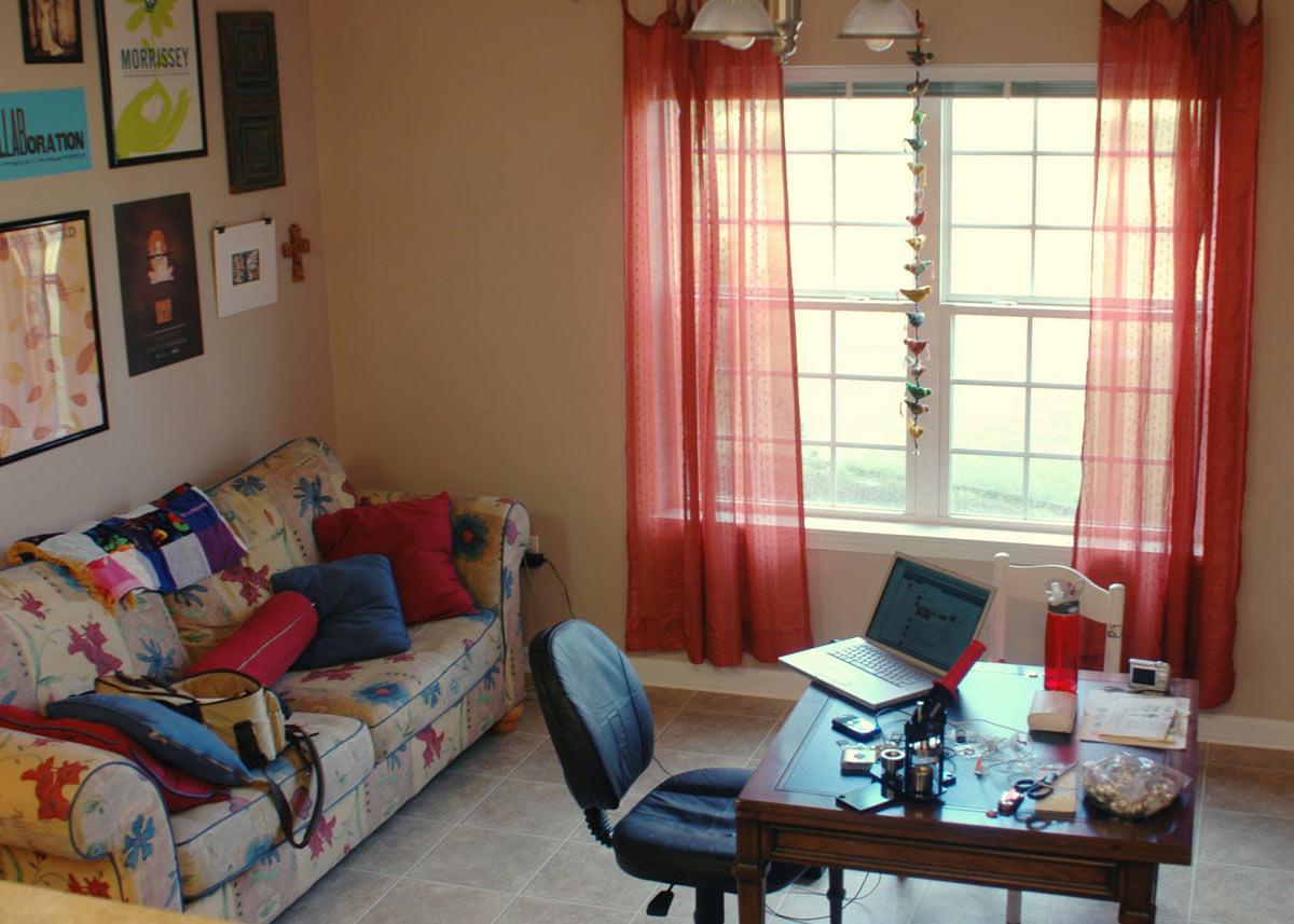 В детской комнате нужно позаботиться об удобной мебели и хорошо освещенном рабочем месте
