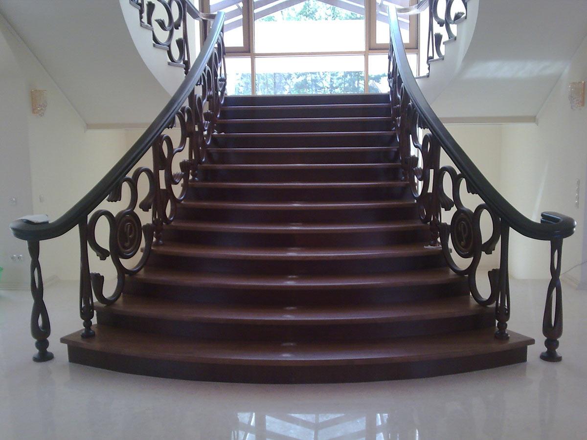 Пример классической маршевой лестницы из дерева