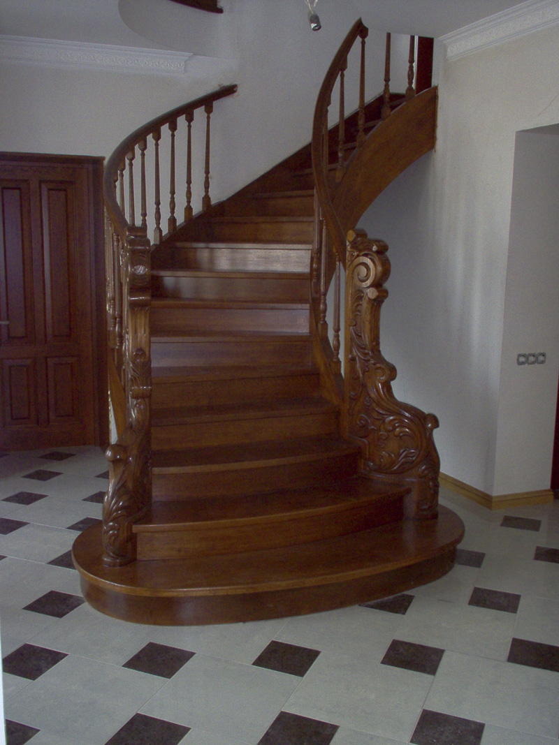 Маршевая лестница на двух изогнутых тетивах