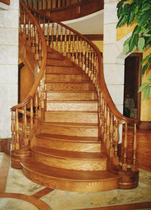 Маршевая изогнутая лестница в двухуровневой квартире