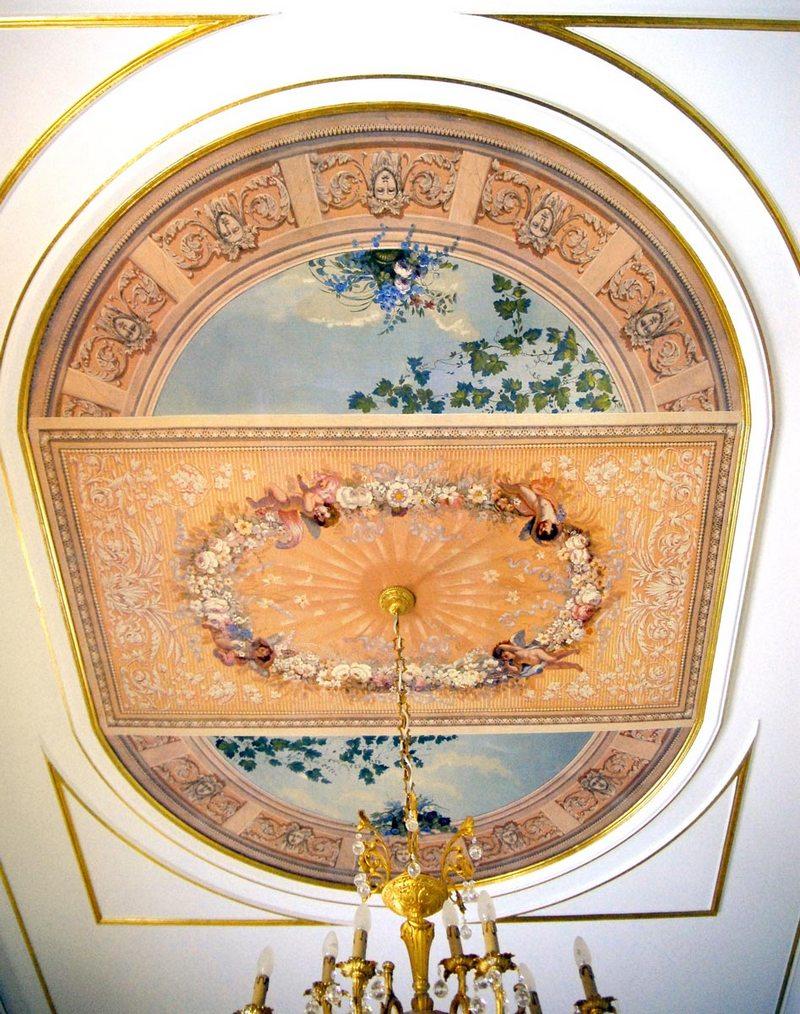 Гостиную в стиле классицизм прекрасно дополнит потолочная роспись