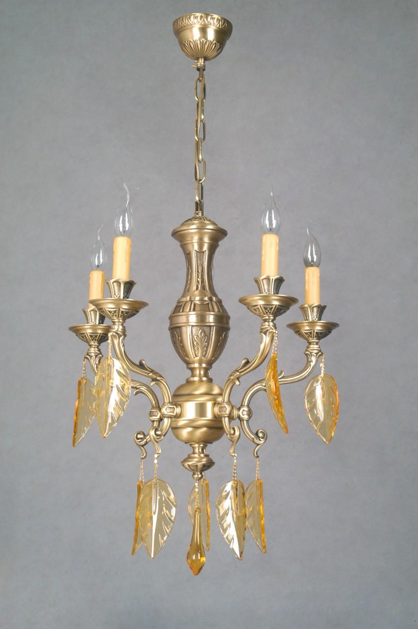 Люстра в традиционном классическом стиле, имитирующая подсвечник