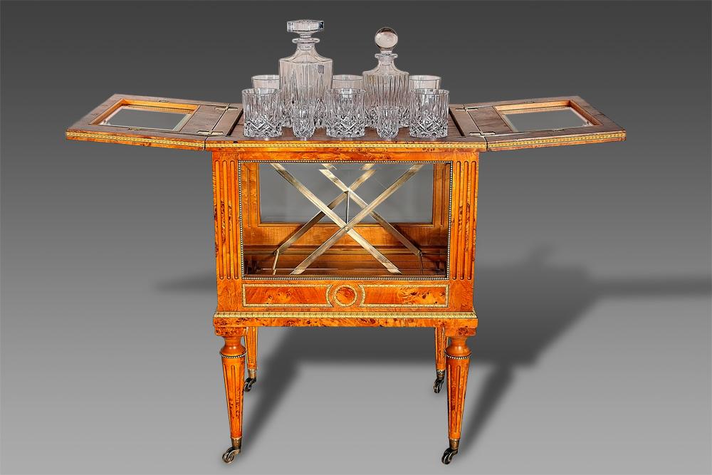 Столик-бар в классическом стиле прекрасно дополнит интерьер гостиной