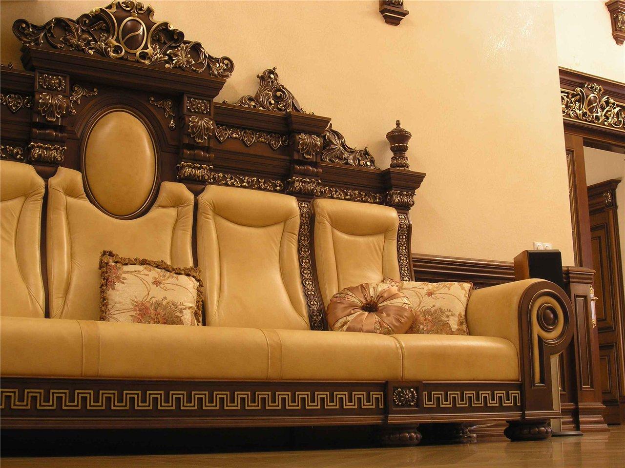 Гостиная в классическом стиле легко узнается по массивной дорогой мебели
