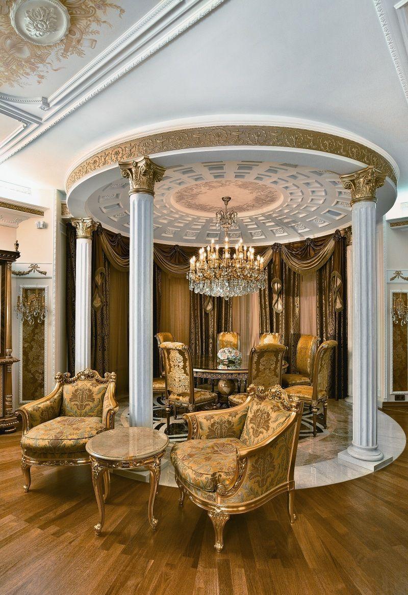 Белый плюс пастель и позолота – наиболее распространенная комбинация для классического стиля в гостиной