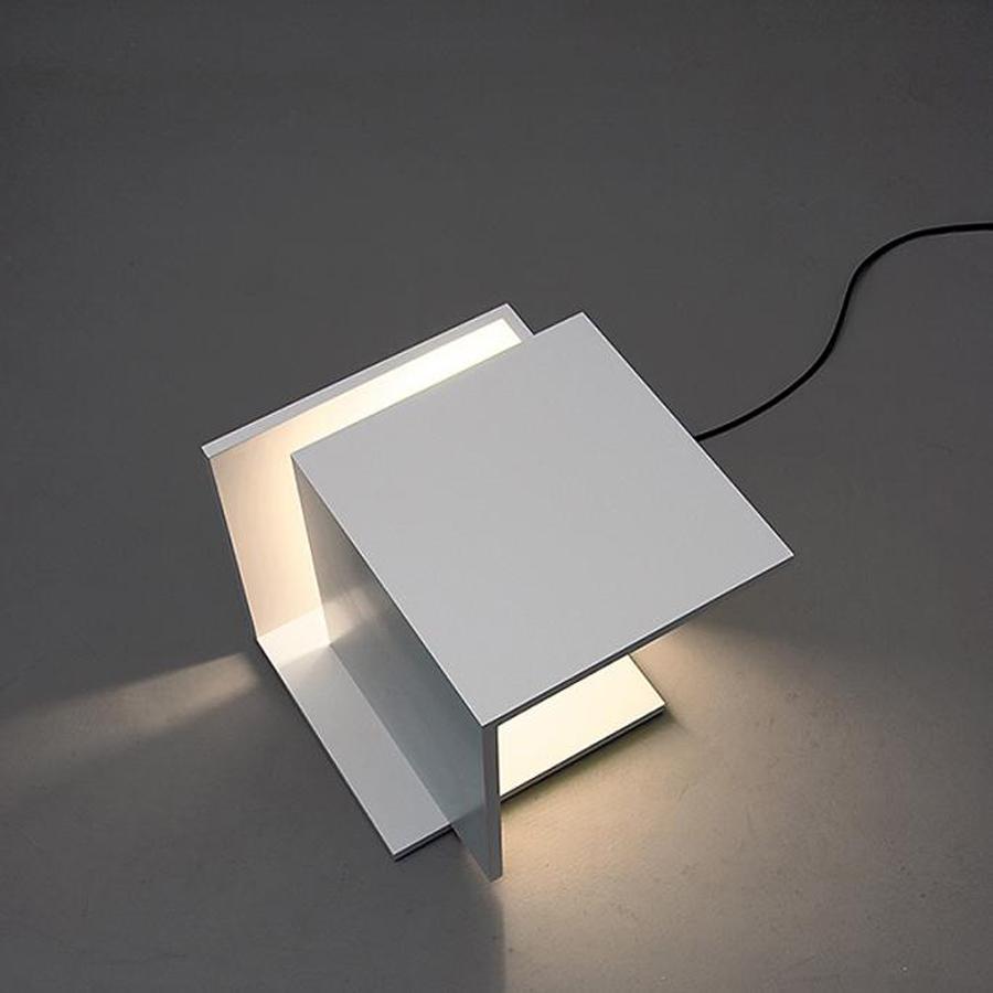 Металлический светильник для локального освещения и подсветка полочек для гостиной