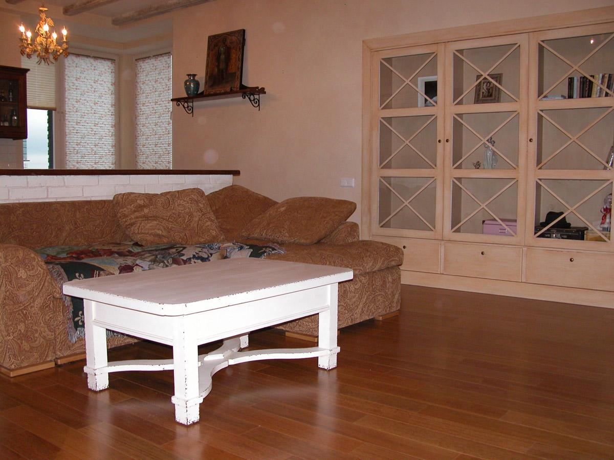 Ламинатный пол, цветочные жалюзи – дань современности в гостиной прованс