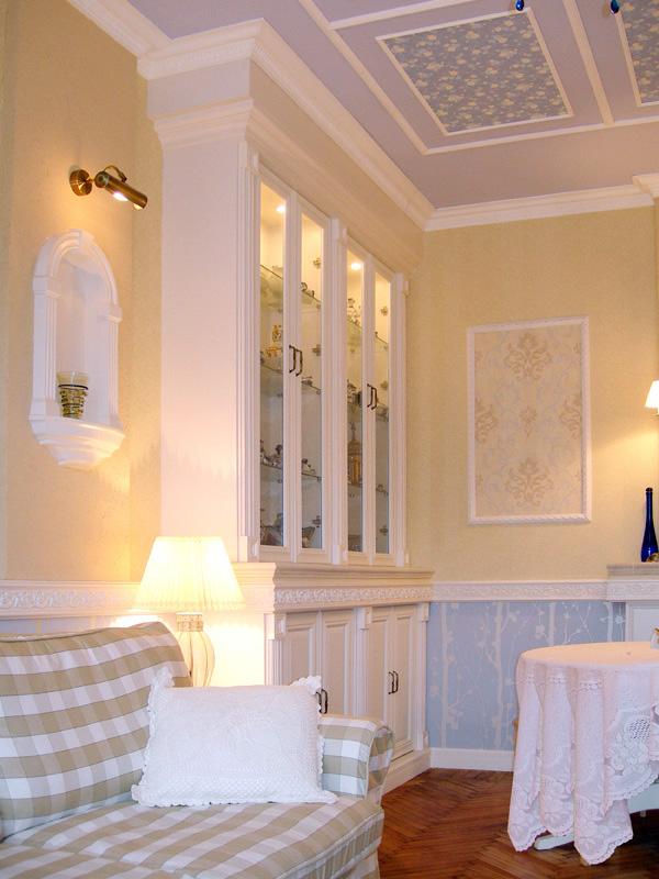 Пример отделки потолка и стен в стиле прованс в гостиной
