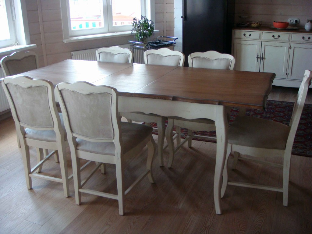 Обеденный стол и стулья в стиле прованс украсят гостиную, совмещенную с кухней