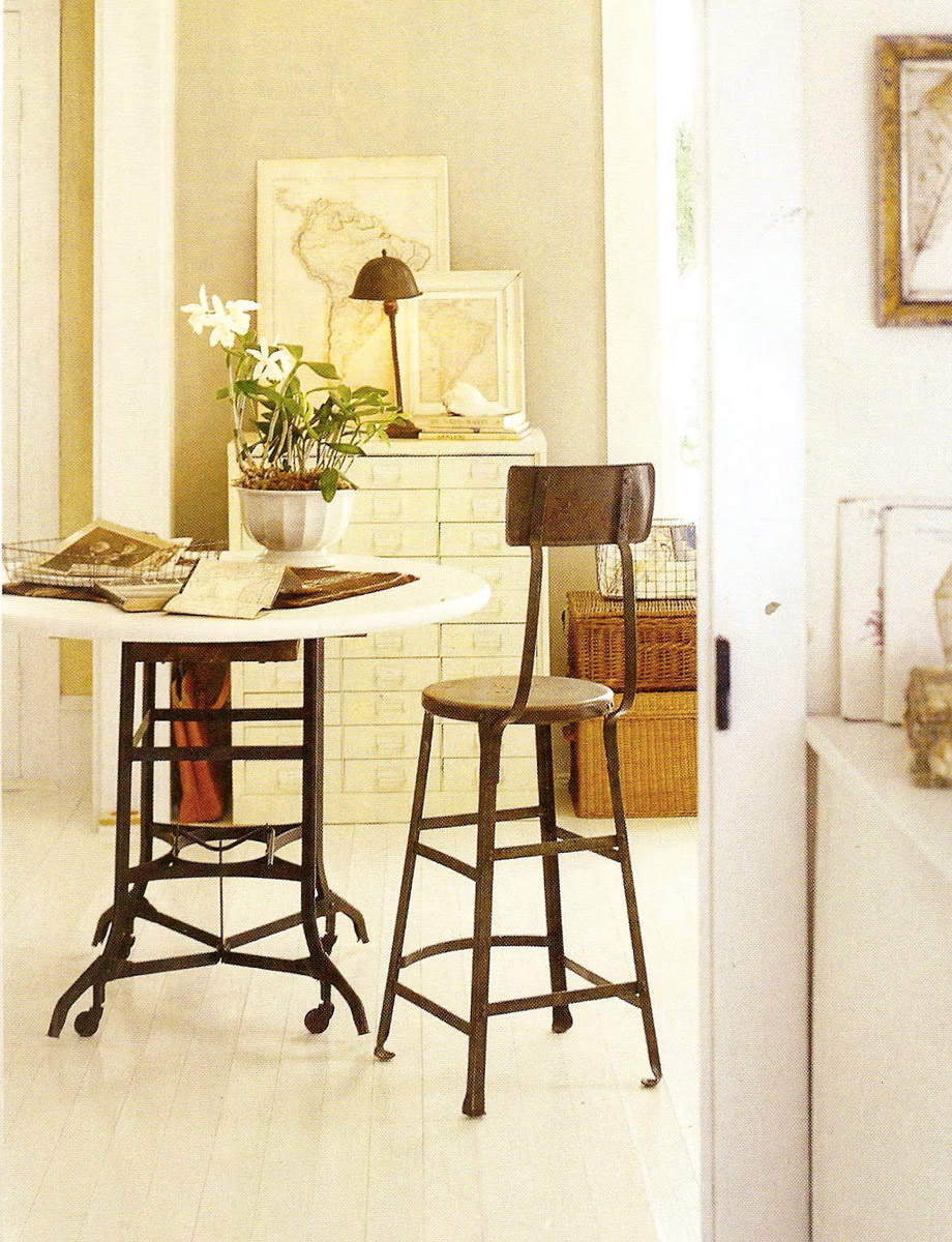 Плетеные корзины, деревяный стул и столик, белый шкафчик с множеством шухлядок