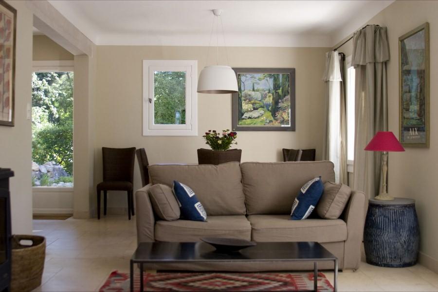 Однотонные большие поверхности хорошо сочетаются с ярким торшером, ковриком и подушками