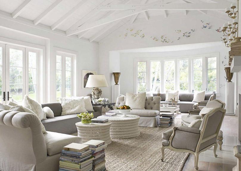 Еще один пример гостиной в бело-пастельной цветовой гамме