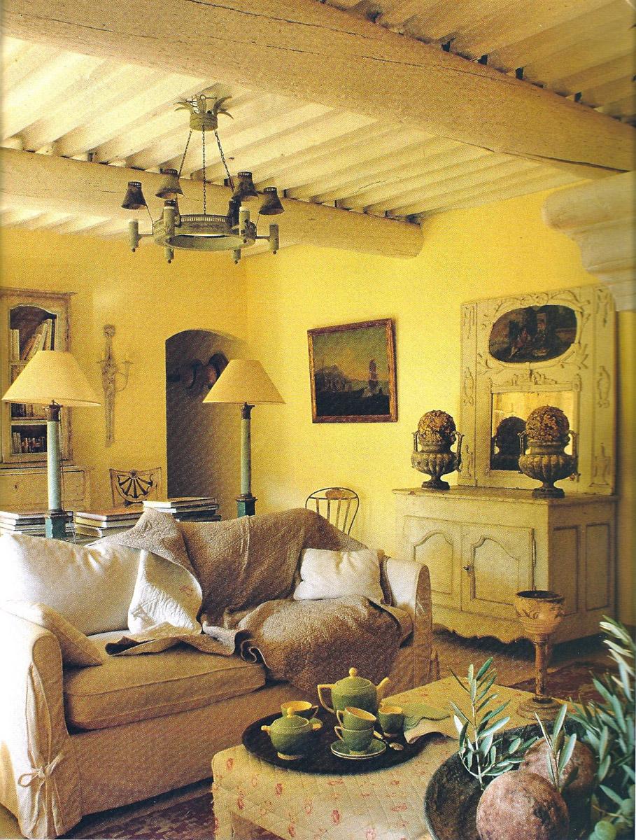 Деревянные балки, теплые желтые оттенки в отделке стен и аксессуарах – это прованс