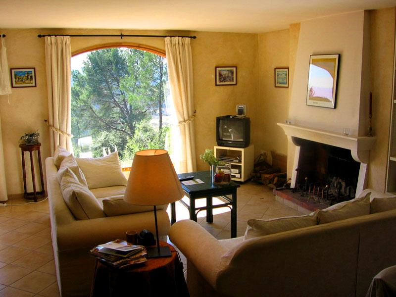 Стены в гостиной прованс хорошо оформить в насыщенном цвете, а мебель и текстиль оставить нейтрально-светлыми
