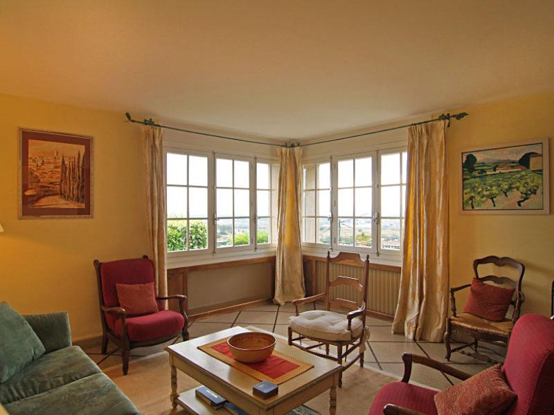 Большие окна обеспечивают достаточное количество дневного света, что важно для стиля прованс