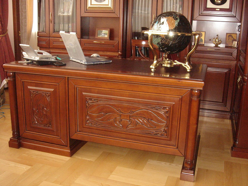В личном кабинете, как правило, мебель из дорогих сортов дерева