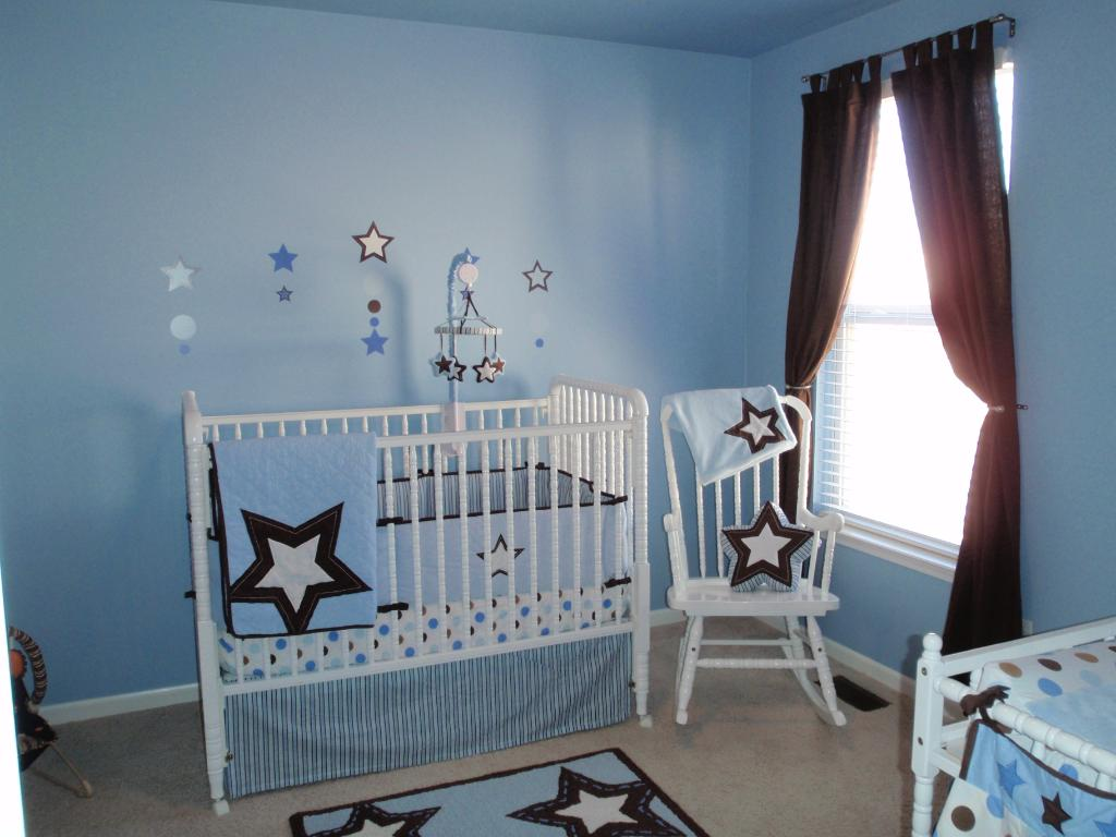 Детская для младенца: цветовая гамма в голубых оттенках, немного мебели – просто и со вкусом