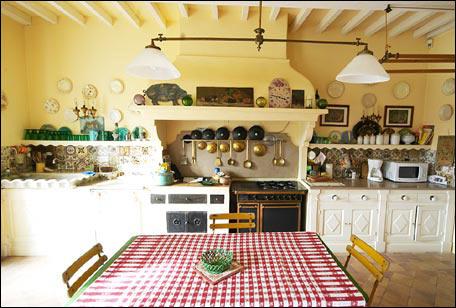 На кухне в стиле прованс часто делается имитация навесных потолков