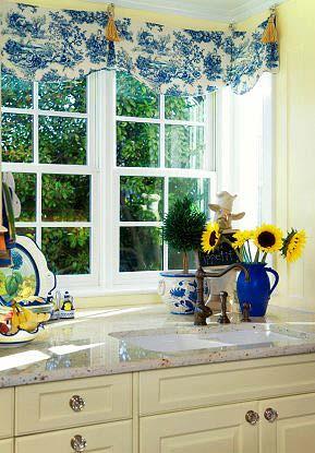Окно кухни декорируется легкой занавеской