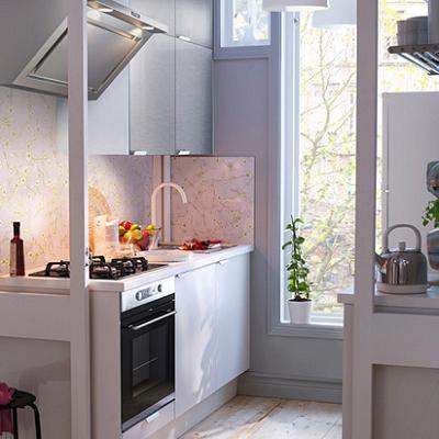 Маленькая кухня в стиле модерн в белой цветовой гамме