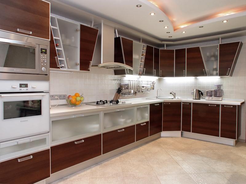 Многоуровневый потолок увеличит пространство кухни модерн
