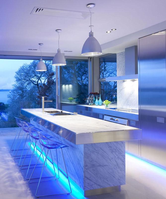 С помощью света можно придать кухне особой оригинальности