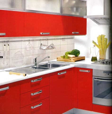 Хорошим выбором будет и красная кухня