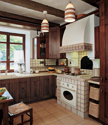 Светильники с орнаментом, деревянные балки на потолке – традиционные элементы кухни в украинском стиле