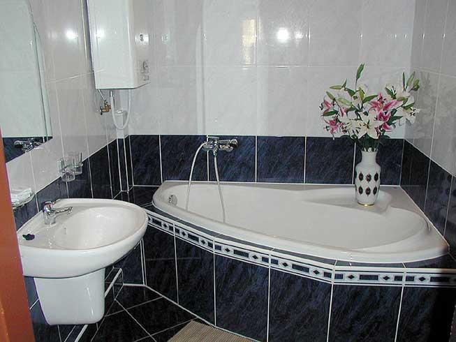 Настенная раковина очень популярная для маленьких ванн из-за своей компактности