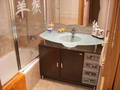 Емкая тумба под раковиной — хороший вариант для маленькой ванной