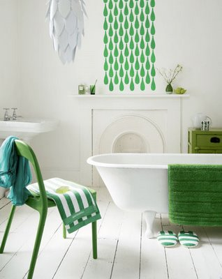 В светлой ванной яркие аксессуары помогут создать стильные акценты