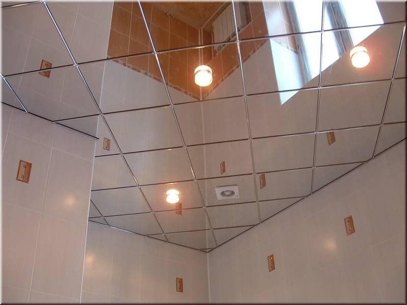 Зеркальный потолок прекрасно увеличивает пространство, несмотря на сложность в уходе