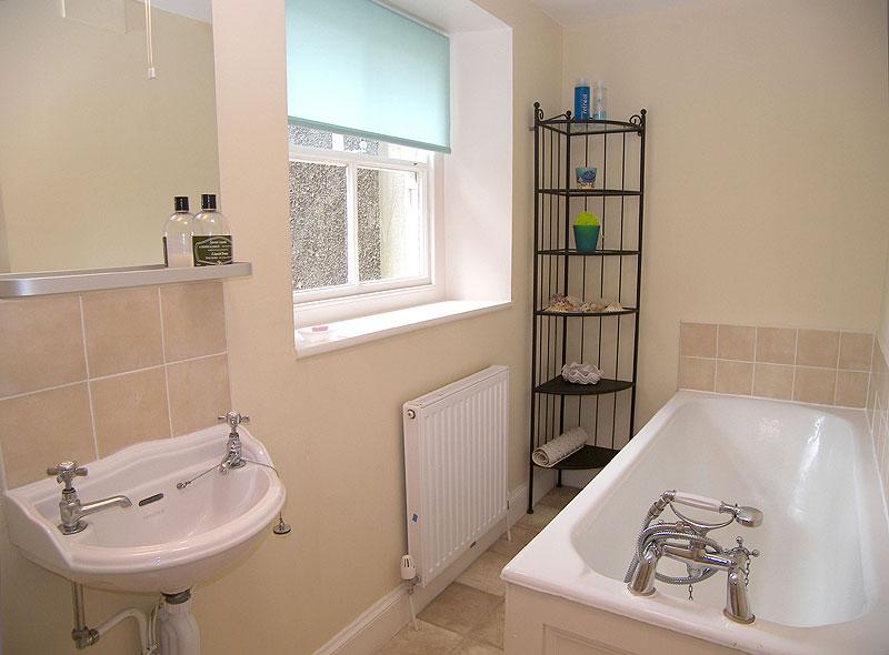 Большое окно в маленькой ванной обеспечит нужный природный свет