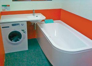 Большая угловая раковина в маленькой ванной комнате