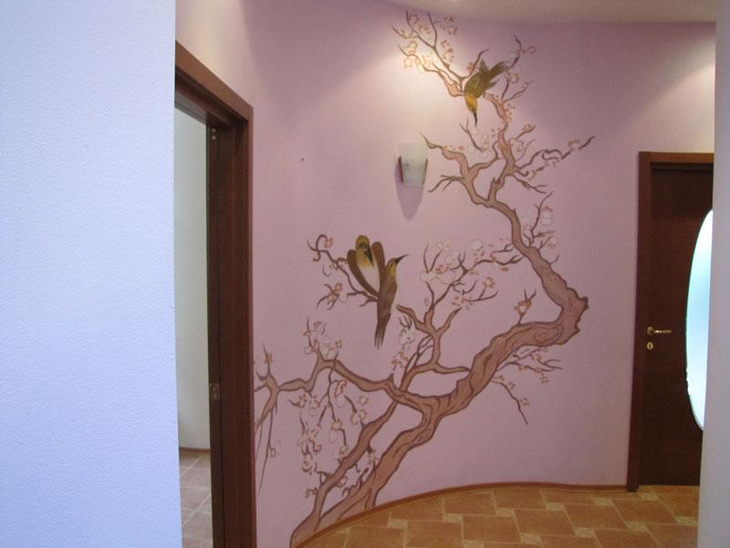 Подобная декорация стен не требует дополнительных аксессуаров и освобождает пространство